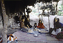 Irak 1985.Dans les zones libérées, région de Lolan, déjeuner d'une famille.Iraq 1985.In liberated areas, Lolan district, lunch with a family