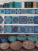 Verkauf von Keramik, Xiva, Usbekistan, Asien<br /> selling of ceramics, historic city Ichan Qala, Chiwa, Uzbekistan, Asia