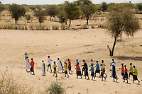 BURKINA FASO Dori, katholische Schule, Gottesdienst / BURKINA FASO Dori, catholic school, children march with the cross