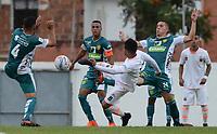 ENVIGADO - COLOMBIA - 03 - 03 - 2018: Yeison Guzman (Cent.) jugador de Envigado F. C., disputa el balón con Daniel Osorio (Izq.) y Felipe Jaramillo (Der.) jugadores de Leones F. C., durante partido entre Envigado F. C. y Leones F. C. de la fecha 6 por la Liga Aguila I 2018, en el estadio Polideportivo Sur de la ciudad de Envigado. / Yeison Guzman (C) player of Envigado F. C., fights for the ball with con Daniel Osorio (L) and Felipe Jaramillo (R) player of Leones F. C.,  during a match between Envigado F. C., and Leones F. C. of the 6th date for the Liga Aguila I 2018 at the Polideportivo Sur stadium in Envigado city. Photo: VizzorImage / Leon Monsalve / Cont.