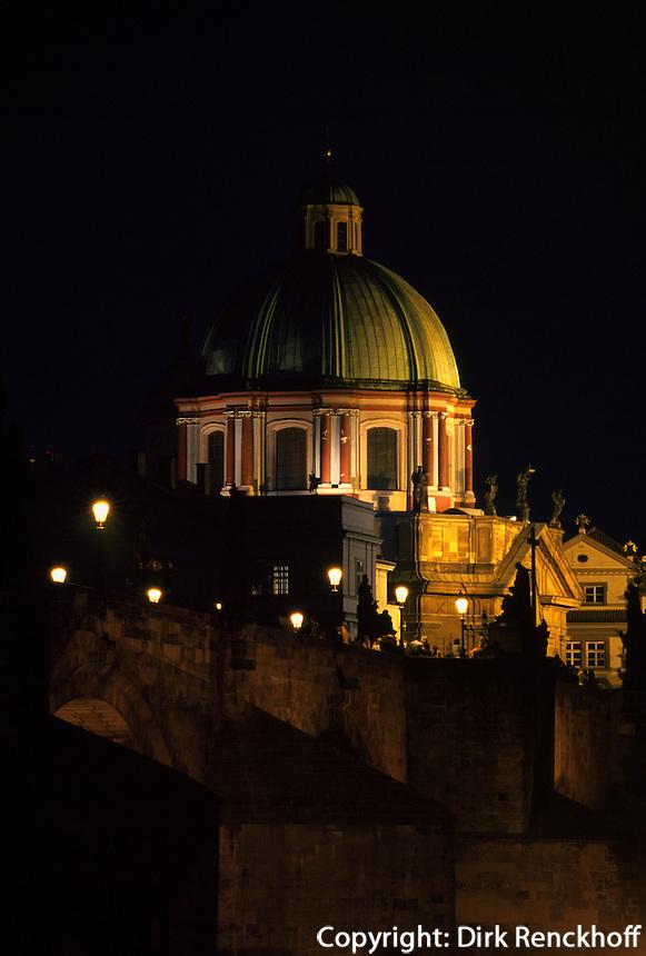 Tschechien, Prag, Karlsbruecke (Karlov Most), Kreuzherrenkirche, Unesco-Weltkulturerbe