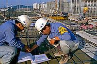 Operários da construção civil em Seul, Coréia do Sul. 1999. Foto de Ricardo Azoury.