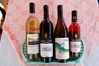 Myanmar, (Burma), Shan State, Inle Lake: Red Mountain Estate wine | Myanmar (Birma), Shan Staat, Inle See: Weinflaschen des Weinguts Red Mountain Estate