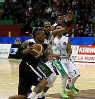 MANIZALES -COLOMBIA, 21-03-2014. Un jugador de Manizales Once Caldas (Izq) disputa el balón con César Chavez (Der) de Academia de la Montaña durante partido por la fecha 3 de la Liga DirecTV de Baloncesto 2014-I de Colombia jugado en el coliseo Jorge Arango de la ciudad de Manizales./ A player of Manizales Once Caldas (L) vies for the ball with Cesar Chavez (R) of Academia de la Montaña for the third date of the DirecTV Basketball League 2014-I in Colombia at Jorge Arango coliseum in Manizales. Photo:VizzorImage / Santiago Osorio / STR
