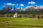 Oesterreich, Tirol, Going vor Wildem Kaiser mit Dorfkirche zum heiligen Kreuz | Austria, Tyrol, Going with village church and Wilder Kaiser mountains