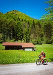 Deutschland, Bayern, bei Bergen (Chiemgau): Mountainbiker unterwegs zu den Almen in den Chiemgauer Alpen | Germany, Upper Bavaria, near Bergen (Chiemgau): mountainbiker heading for alpine pasture huts in the Chiemgau alps