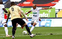 MANIZALES - COLOMBIA, 11-09-2021: Juan Perez del Once Caldas disputa el balón con Rubert Quijada  de Aguilas Doradas durante partido por la fecha 9 entre Once Caldas y Aguilas Doradas como parte de la Liga BetPlay DIMAYOR II 2021 jugado en el estadio Palogrande de la ciudad de Manizales / Juan Perez of Once Caldas vies for the ball with Rubert Quijada player of Aguilas Doradas  during match for the date 9 between Once Caldas and Aguilas Doradas  as a part BetPlay DIMAYOR League II 2021 played at Palogrande stadium in Manizales city. Photo: VizzorImage / John Jairo Bonilla / Contribuidor