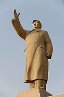 CHINA, autonomous province Xinjiang , Mao Zedong statue at people´s Park in city Kashgar where uyghur people are living / CHINA, autonome Provinz Xinjiang , Kashgar, Paradeplatz, 18 Meter hohe Statue des KP Fuehrer Mao Zedong Statue, groesste in China, in Xinjiang lebt das Turkvolk der Uiguren
