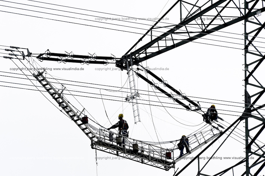 GERMANY, installation of new electric power lines to transport wind energy from North to South, worker on lattice steel tower of electric grid / DEUTSCHLAND , Ausbau der Stromnetze, Aufbau und Verkabelung einer neuen Hochspannungsleitung entlang der A24 zwischen Schleswig Holstein und Mecklenburg Vorpommern - Netzwerke, Vernetzung, network