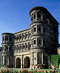 Deutschland, Rheinland-Pfalz, Moseltal, Trier an der Mosel: Porta Nigra (Schwarzes Tor) Wahrzeichen der Stadt | Germany, Rhineland-Palatinate, Moselle Valley, Trier at river Moselle: Porta Nigra (Black Gate) landmark