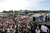 #51: Romain Grosjean, Dale Coyne Racing with RWR Honda salutes the huge crowd of fans gathered to see him