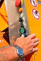 Reportage Journal - Unterwegs mit den Männern von der Abfallentsorgung - im Bild: Auf Knopfdrück hebt sich der Container . Foto: Norman Rembarz..