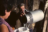 Europe/France/Midi-Pyrénées/46/Lot/Haut-Quercy/Concorès: Fabrication des cabecous - Lait filtré et passé dans une toupine [Non destiné à un usage publicitaire - Not intended for an advertising use]<br /> PHOTO D'ARCHIVES // ARCHIVAL IMAGES<br /> FRANCE 1980
