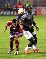 PASTO - COLOMBIA -25-02-2016: Cleider Alzate (Izq.) jugador de Deportivo Pasto disputa el balón con Jonny Mosquera (Der.) jugador del Envigado FC, durante partido Deportivo Pasto y Envigado FC,  por la fecha 6 de la Liga Aguila I 2016, jugado en el estadio Libertad de la ciudad de Pasto.  / Cleider Alzate (L) player of Deportivo Pasto fights for the ball with Jonny Mosquera (R) player of Envigado FC, during a match Deportivo Pasto and Envigado FC, for the date 6 of the Liga Aguila I 2016 at the Libertad stadium in Pasto city. Photo: VizzorImage. /Leonardo Castro / Str.