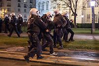 Bis zu 10.000 Menschen protestierten am Freitag den 30. Januar 2015 in Wien gegen den Akademikerball der rechten FPOe, der zum dritten Mal in der Wiener Hofburg stattfand. Bei den Protesten kam es zu kleineren Rangeleien zwischen Polizei und Ballgegnern, bei denen vereinzelt auch Feuerwerkskoerper und Gegenstaende geworfen wurden. Die Polizei nahm lt. eigenen Angaben 35 Personen fest.<br /> Im Bild: Festnahme eines Ballgegners.<br /> 30.1.2015, Wien<br /> Copyright: Christian-Ditsch.de<br /> [Inhaltsveraendernde Manipulation des Fotos nur nach ausdruecklicher Genehmigung des Fotografen. Vereinbarungen ueber Abtretung von Persoenlichkeitsrechten/Model Release der abgebildeten Person/Personen liegen nicht vor. NO MODEL RELEASE! Nur fuer Redaktionelle Zwecke. Don't publish without copyright Christian-Ditsch.de, Veroeffentlichung nur mit Fotografennennung, sowie gegen Honorar, MwSt. und Beleg. Konto: I N G - D i B a, IBAN DE58500105175400192269, BIC INGDDEFFXXX, Kontakt: post@christian-ditsch.de<br /> Bei der Bearbeitung der Dateiinformationen darf die Urheberkennzeichnung in den EXIF- und  IPTC-Daten nicht entfernt werden, diese sind in digitalen Medien nach §95c UrhG rechtlich geschuetzt. Der Urhebervermerk wird gemaess §13 UrhG verlangt.]