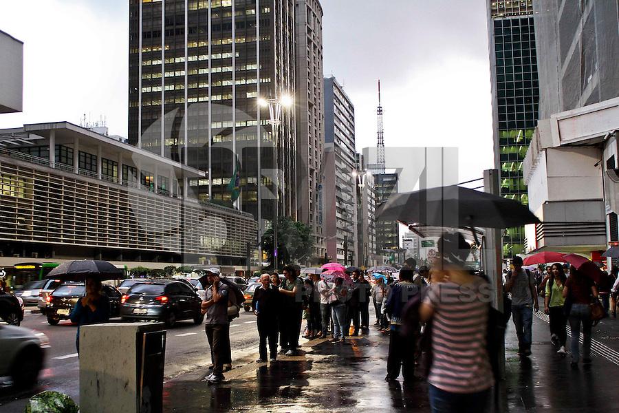 SÃO PAULO, 11 DE ABRIL 2013 - CLIMA TEMPO SP - Paulistano enfrenta chuva e trânsito na volta para casa no  final da tarde desta quinta-feira(11) região da Av Paulista - Foto: Lola Oliveira/Brazil Photo Press