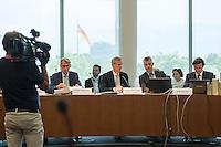 Am 2. Juni 2016 fand die 20. Sitzung des 2. NSU-Untersuchungsausschusses des Deutschen Bundestag statt. Als Zeuge der nichtöffentlichen Sitzung war Hans-Georg Maassen, Praesident des Bundesamt fuer Verfassungsschutz geladen.<br /> Im Bild vlnr: Armin Schuster, Ausschuss-Obmann der CDU und Clemens Binninger Ausschussvorsitzender, CDU sowie zwei Mitarbeiter des Ausschusssekretariats.<br /> 2.6.2016, Berlin<br /> Copyright: Christian-Ditsch.de<br /> [Inhaltsveraendernde Manipulation des Fotos nur nach ausdruecklicher Genehmigung des Fotografen. Vereinbarungen ueber Abtretung von Persoenlichkeitsrechten/Model Release der abgebildeten Person/Personen liegen nicht vor. NO MODEL RELEASE! Nur fuer Redaktionelle Zwecke. Don't publish without copyright Christian-Ditsch.de, Veroeffentlichung nur mit Fotografennennung, sowie gegen Honorar, MwSt. und Beleg. Konto: I N G - D i B a, IBAN DE58500105175400192269, BIC INGDDEFFXXX, Kontakt: post@christian-ditsch.de<br /> Bei der Bearbeitung der Dateiinformationen darf die Urheberkennzeichnung in den EXIF- und  IPTC-Daten nicht entfernt werden, diese sind in digitalen Medien nach §95c UrhG rechtlich geschuetzt. Der Urhebervermerk wird gemaess §13 UrhG verlangt.]