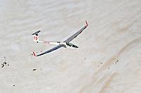 DG 800 über Schneefeld: FRANKREICH, HAUT ALPES 16.03.2004: Segelflugzeug vom Typ  DG 800 ueber einem Schneefeld in  den suedfranzoesischen Alpen,