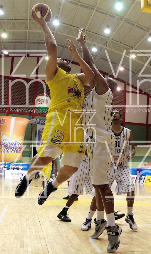BUCARAMANGA -COLOMBIA, 31-05-2013. Fredy Asprilla (I) de Búcaros trata de anotar en contra de Fuentes G (D) de Piratas durante el juego 4 de los PlayOffs de la  Liga DirecTV de baloncesto Profesional de Colombia realizado en el Coliseo Vicente Díaz Romero de Bucaramanga./ Fredy Asprilla (L) of Bucaros tries to score against Fuentes G (R) of Piratas during the PlayOffs game 4 of  DirecTV professional basketball League in Colombia at Vicente Diaz Romero coliseum in Bucaramanga.  Photo: VizzorImage / Jaime Moreno / STR