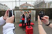 Pictured:<br /> Re: The Capital One League Cup trophy at Ysgol Cymraeg Brynymor in Brynmill, Swansea. 02 March 2013