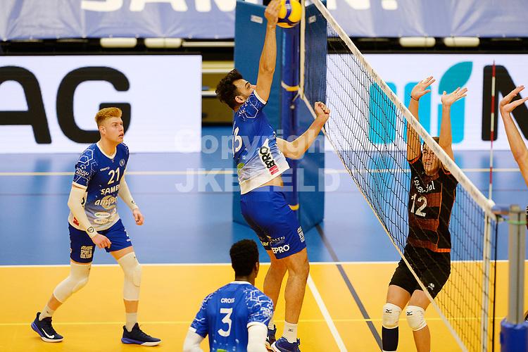30-01-2021: Volleybal: Amysoft Lycurgus v Talentteam Papendal: Groningen smash Lycurgus speler Hossein Ghanbari