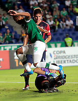 CALI - COLOMBIA - 12-02-2014: Luis Payares (Izq.) jugador del Deportivo Cali de Colombia, disputa el balón Roberto Fernandez (Der.) jugador del Cerro Porteño de Paraguay, durante partido entre Deportivo Cali y Cerro Porteño de la segunda fase, grupo 3, de la Copa Bridgestone Libertadores en el estadio Pascual Guerrero, de la ciudad de Cali. / Luis Payares (L) player of Deportivo Cali of Colombia, vies for the ball with Roberto Fernandez (R) player of Cerro Porteño of Paraguay, during a match between Deportivo Cali and Cerro Porteño for the second phase, group 3, of the Copa Bridgestone Libertadores in the Pascual Guerrero stadium in Cali city. Photo: VizzorImage / Juan C. Quintero / Str.