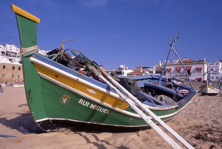 PRT, Portugal, Algarve, Albufeira, Typisches Fischerboot am Strand, Typisch fuer diesen Ort sind die weißen Haeuser, die direkt ueber der Steilkueste terrassenfoermig angelegt sind. Die bunten Boote der Fischer am Strand zeugen auch heute noch von der maritimen Vergangenheit des Ortes. Schon die Roemer gruendeten hier das Dorf Baltum oder Balteus. Die Mauren errichteten spaeter aufdem Klippenrand die Festung Al-Buhar, die Burg am Meer. Jedoch zeigt sich Albufeira wie jede andere Touristenstadt auch. Am Largo Eng Duarte Pacheco, einem belebten Platz, findet man Cafes, Restaurants, Souvenirgeschaefte und Boutiquen. Geht man durch die gepflasterte Fußgaengerzone, befindet man sich in der Street of Bars. Vor allem in der Hauptsaison tummelt sich hier das juengere Publikum in den Bars, aus denen Musik schallt.<br /> [Fuer die Nutzung gelten die jeweils gueltigen Allgemeinen Liefer-und Geschaeftsbedingungen. Nutzung nur gegen Verwendungsmeldung und Nachweis. Download der AGB unter http://www.image-box.com oder werden auf Anfrage zugesendet. Freigabe ist vorher erforderlich. Jede Nutzung des Fotos ist honorarpflichtig gemaess derzeit gueltiger MFM Liste - Kontakt, Uwe Schmid-Fotografie, Duisburg, Tel. (+49).2065.677997, fotofinder@image-box.com, www.image-box.com]