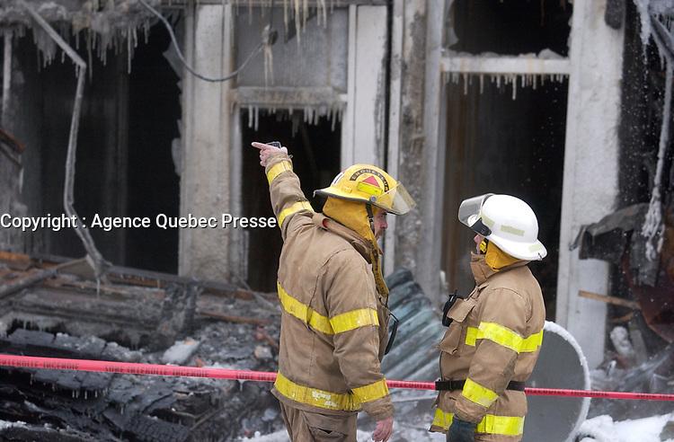 Pompiers montrealais au travail dans le froid , fevrier 2002<br /> <br /> PHOTO :  Agence Quebec Presse