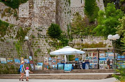Croatia, Kvarner Gulf, Rab Island, Rab (Town): painter offering his art work near Zidine Fortress in old town | Kroatien, Kvarner Bucht, Insel Rab, Rab (Stadt): Bildergalerie unter freiem Himmel beim Zidine Fortress in der Altstadt