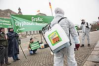 Protest der Kampagnen-Organisation Campact am Donnerstag den 18. Januar 2018 vor dem Deutschen Bundestag gegen den Einsatz des Pestizid Glyphosat. Campact fordert von der eventuellen neuen Grossen Koalition (GroKo) den Einsatz der laut Weltgesundheitsorganisation WHO moeglicher Weise krebserregenden Chemikalie zu verbieten.<br /> 18.1.2018, Berlin<br /> Copyright: Christian-Ditsch.de<br /> [Inhaltsveraendernde Manipulation des Fotos nur nach ausdruecklicher Genehmigung des Fotografen. Vereinbarungen ueber Abtretung von Persoenlichkeitsrechten/Model Release der abgebildeten Person/Personen liegen nicht vor. NO MODEL RELEASE! Nur fuer Redaktionelle Zwecke. Don't publish without copyright Christian-Ditsch.de, Veroeffentlichung nur mit Fotografennennung, sowie gegen Honorar, MwSt. und Beleg. Konto: I N G - D i B a, IBAN DE58500105175400192269, BIC INGDDEFFXXX, Kontakt: post@christian-ditsch.de<br /> Bei der Bearbeitung der Dateiinformationen darf die Urheberkennzeichnung in den EXIF- und  IPTC-Daten nicht entfernt werden, diese sind in digitalen Medien nach §95c UrhG rechtlich geschuetzt. Der Urhebervermerk wird gemaess §13 UrhG verlangt.]