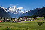 Italy, South Tyrol (Trentino - Alto Adige), Rasun di Sotto: village at valley entrance of Valle di Anterselva and snowcapped peaks of Vedrette di Ries mountains | Italien, Suedtirol, Niederrasen: Dorf am Taleingang des Antholzer Tals vor den schneebedeckten Gipfeln der Rieserfernergruppe