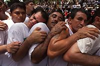 Milhares de promesseiros se agarram a corda que tras a berlinda(carro puxado por pessoas que leva Nossa Senhora) como pagamento de promessas feitas a virgem.<br /> A festa religiosa que acontece a mais de 200 anos , a proocissao  acontece durante o segundo domingo de outubro com milheres de pagadores de promessa <br />Belem Para Brasil<br />12/10/2003<br />Foto Paulo Santos/Interfoto