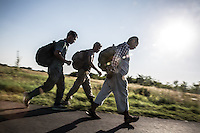 Migranti camminano sotto il sole verso il confine con l'Ungheria <br />