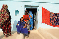 INDIEN Uttar Pradesh, Frauen unterer Kasten und Kastenlose Frauen in Doerfern in Bundelkhand / INDIA Uttar Pradesh low caste and dalit women in villages in Bundelkhand
