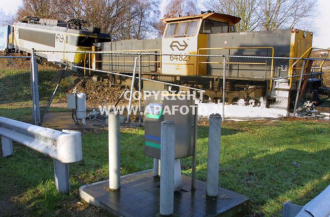 arnhem 170202 een trein die door het stootblok schoot (mogelijk vanwege een verkeerde wisselstand`) belandde naast het talud waar hij de kranen van een lpg-tank afrukte en op enkele meters van een shellstation stopte.<br />foto frans ypma APA-foto