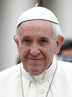 Papa Francesco arriva all'udienza generale del mercoledi' in Piazza San Pietro, Citta' del Vaticano, 28 giugno, 2017.<br /> Pope Francis arrives to lead his weekly general audience in St. Peter's Square at the Vatican, on June 28, 2017.<br /> UPDATE IMAGES PRESS/Isabella Bonotto<br /> <br /> STRICTLY ONLY FOR EDITORIAL USE