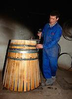 Küfer in der Bodega Muga, Haro, La Rioja, Spanien