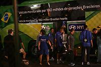 Das Team von Brasilien steigt in den Teambus. Superstar Ronaldinho schaut einem Ballk¸nstler zu, daneben telefoniert Ronaldo
