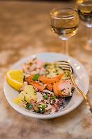 Italie, Vénétie, Venise:  Bacaro: Osteria da Codroma,  service des Cicchetti : selezione mista di pesce  // Italy, Veneto, Venice:: Cicchetti: mixed seafood selection