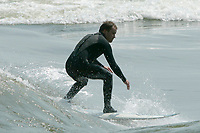 Surf<br />  sur le fleuve saint-laurent.<br /> <br /> PHOTO : Pierre Roussel - Agence Quebec Presse