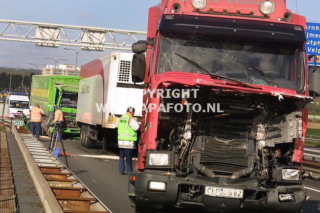 arnhem 161001 ongeluk a12<br />een gigantische ravage ontstond vanmorgen op de a12 op de brug over de ijssel. waar 5 vrachtwagens bij een ongeluk betrokken waren.<br />foto frans ypma APA-foto