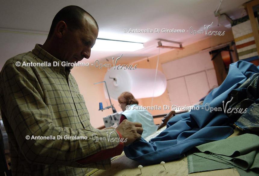 Artigiani a San Lorenzo , quartiere storico di Roma..Craftsmen in San Lorenzo, historic district of Rome. .Laboratorio da tappezziere, a conduzione familiare..Upholsterer laboratory, to conduction familiar..