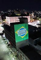 Manaus (AM), 02/04/2020 - Bolsonaro-Manaus - Site janela da pressao faz projecao em predio no centro de Manaus na noite desta quinta-feira (2), pedindo mais testes contra o coronavirus, perguntando sobre os testes para a perifeira, e perguntando quantas pessoas tem o virus no Brasil. O Amazonas ja tem 229 casos registrados. (Foto: Sandro Pereira/Codigo 19/Codigo 19)