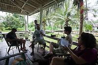 Lideranças do GTA, convidados e jornalistas conversam sobre os trabalhos para o IV Encontrão  para dar continuidade a implantação do protocolo comunitário no Arquipélago do Bailique  na foz do rio Amazonas, Amapá, Brasil.Foto Paulo Santos 10/06/2015