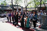 China, Peking, Gläubige im GuangJi-Si Tempel