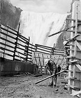 Industrie de la construction :  aménagements au pied des chutes Montmorency, pres de Québec, date inconnue