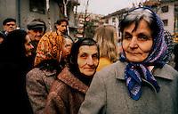 Vukovar / Croazia 1991.Una immagine scattata durante l'assedio di Vukovar. Civili in coda per il pane. Vukovar è stata la prima città europea, dalla fine della guerra, ad essere distrutta da unoffensiva militare..Foto Livio Senigalliesi..Vukovar / Croatia 1991.One picture shot during the siege of Vukovar. Civilians waiting distribution of food..Photo Livio Senigalliesi