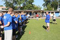 IMG Cheftrainer Kevin Wright bei seiner Ansprache an die Talente