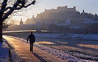 Oesterreich, Oesterreich Salzburg im Winter, an der Salzach, Blick auf Festung Hohensalzburg, Unesco-Weltkulturerbe
