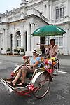 Malaysia, Pulau Penang, Georgetown: Rickshaw with tourist outside the City Hall | Malaysia, Pulau Penang, Georgetown: Sightseeing mit einer Rickshaw vor der City Hall